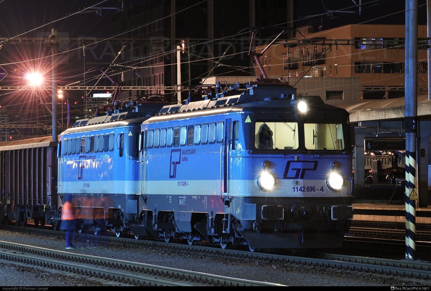 SGP ÖBB Class 1142 - 1142 696-4 operated by Grampetcargo Austria #GrampetcargoAustria #grampetcargo #obbclass1142 #sgp #sgp1142 #simmeringgrazpauker