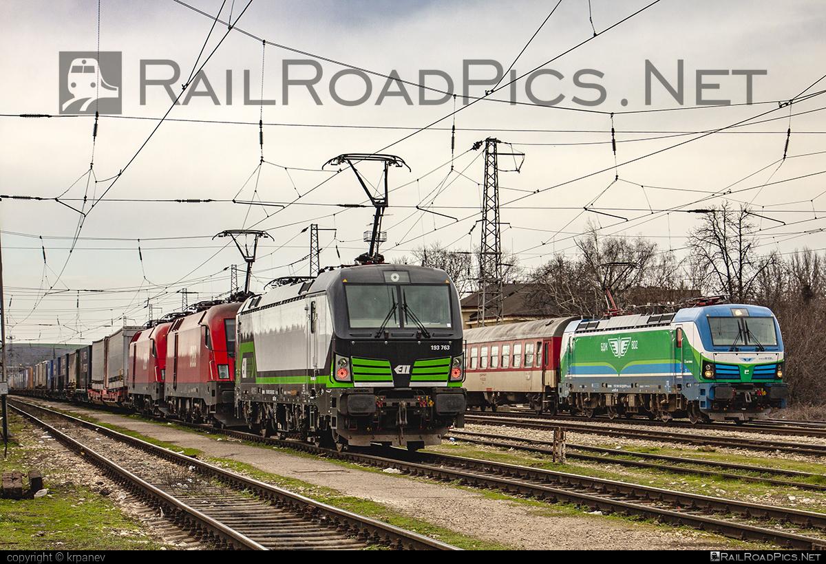 Siemens Vectron AC - 193 763 operated by Rail Cargo Carrier - Bulgaria #RailCargoCarrierBulgaria #ell #ellgermany #eloc #europeanlocomotiveleasing #flatwagon #rccbg #siemens #siemensvectron #siemensvectronac #vectron #vectronac