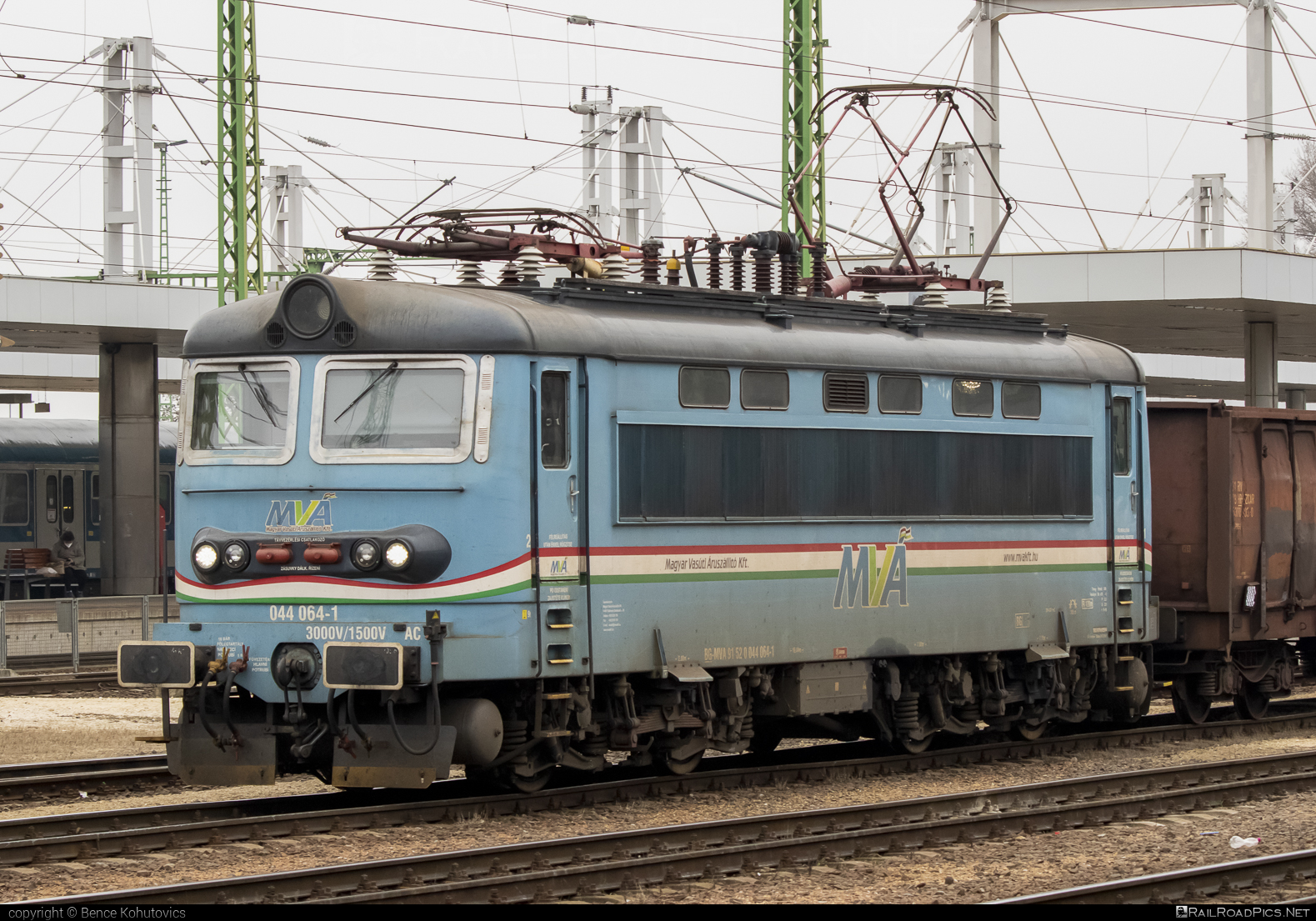 Škoda 73E - 044 064-1 operated by Magyar Vasúti Árúszállító Kft. #locomotive242 #magyarvasutiaruszallito #plechac #skoda #skoda73e