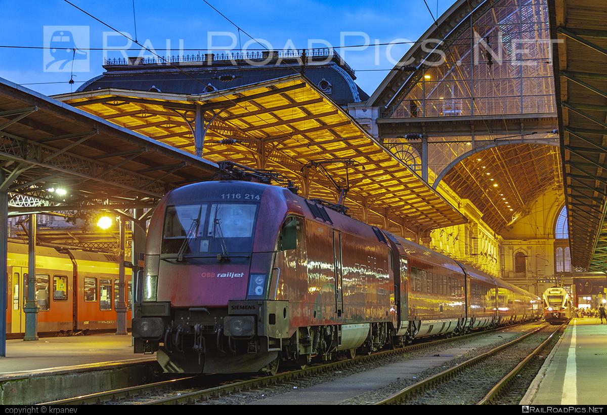 Siemens ES 64 U2 - 1116 214 operated by Österreichische Bundesbahnen #es64 #es64u #es64u2 #eurosprinter #obb #obbrailjet #osterreichischebundesbahnen #railjet #siemens #siemenses64 #siemenses64u #siemenses64u2 #siemenstaurus #taurus #tauruslocomotive