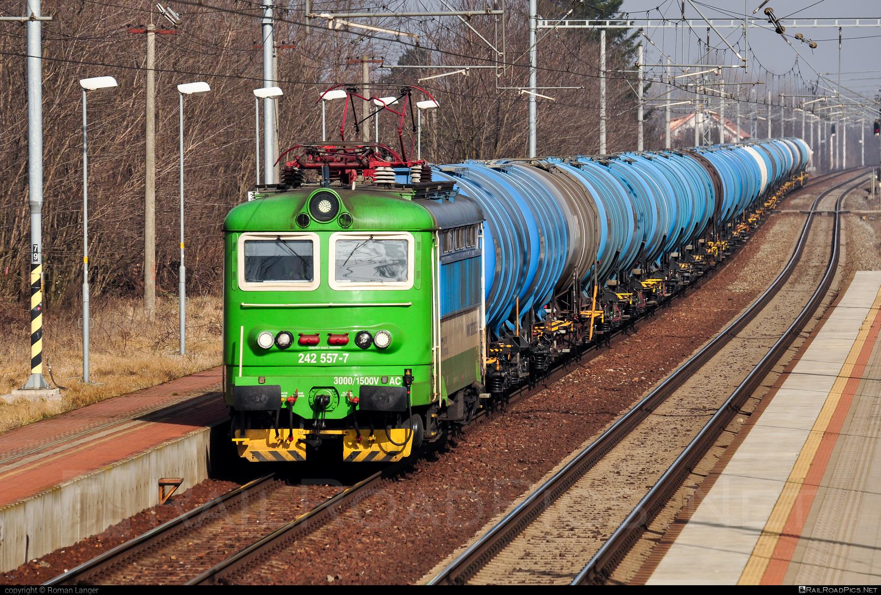 Škoda 73E - 242 557-7 operated by Railtrans International, s.r.o #RailtransInternational #expressgroup #kesselwagen #locomotive242 #plechac #rti #skoda #skoda73e #tankwagon