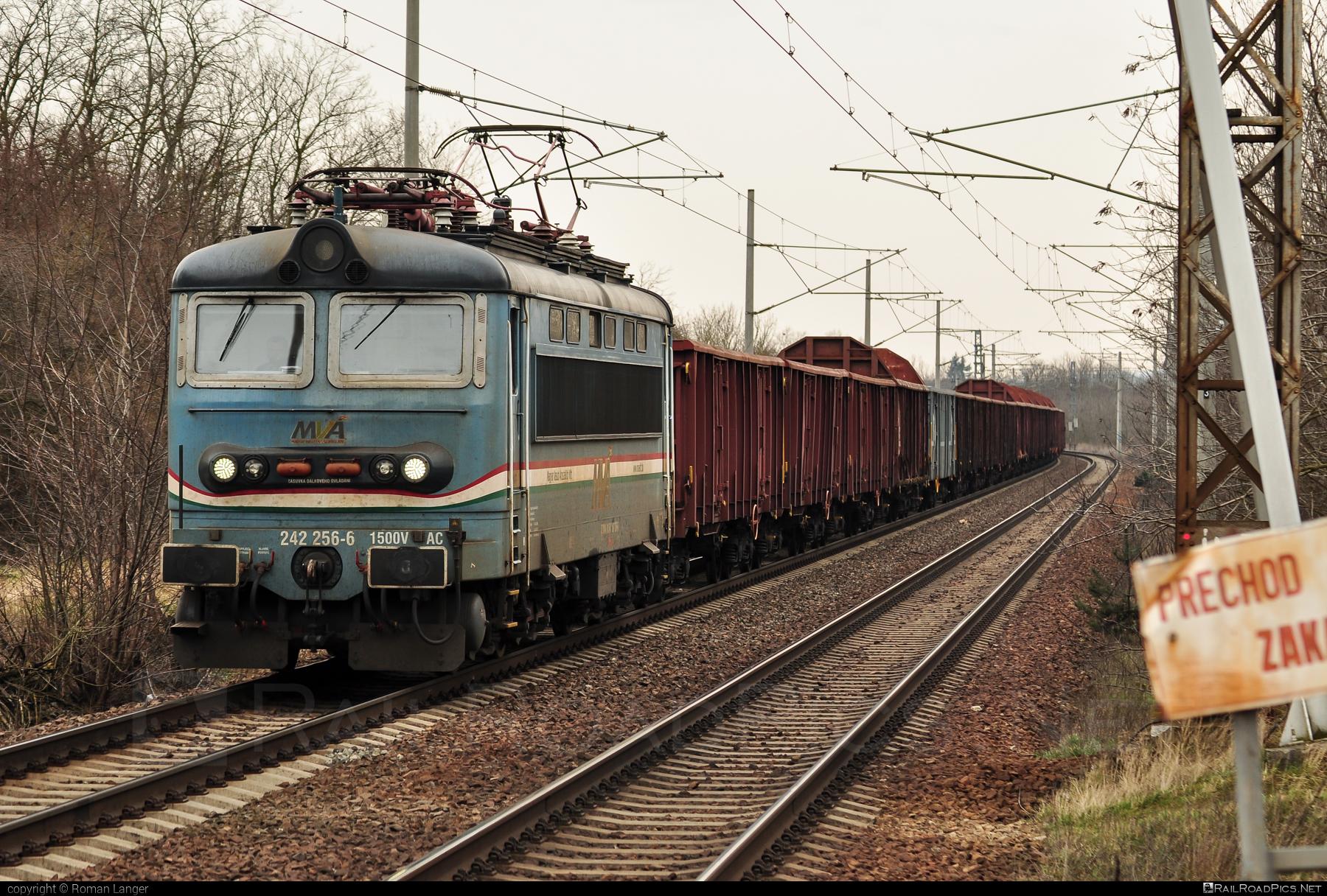 Škoda 73E - 242 256-6 operated by Magyar Vasúti Árúszállító Kft. #locomotive242 #magyarvasutiaruszallito #mva #plechac #skoda #skoda73e