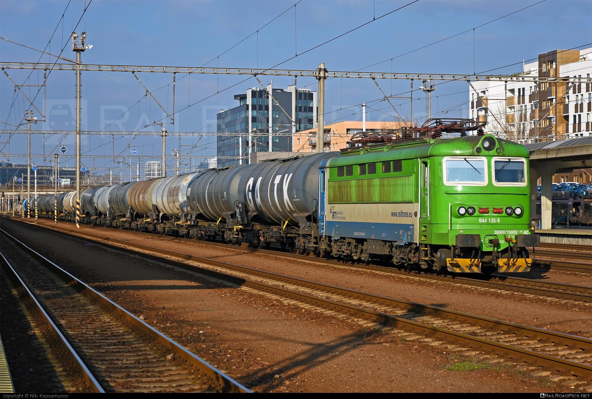 Škoda 73E - 044 135-9 operated by Railtrans International, s.r.o #RailtransInternational #gatx #kesselwagen #locomotive242 #plechac #rti #skoda #skoda73e #tankwagon
