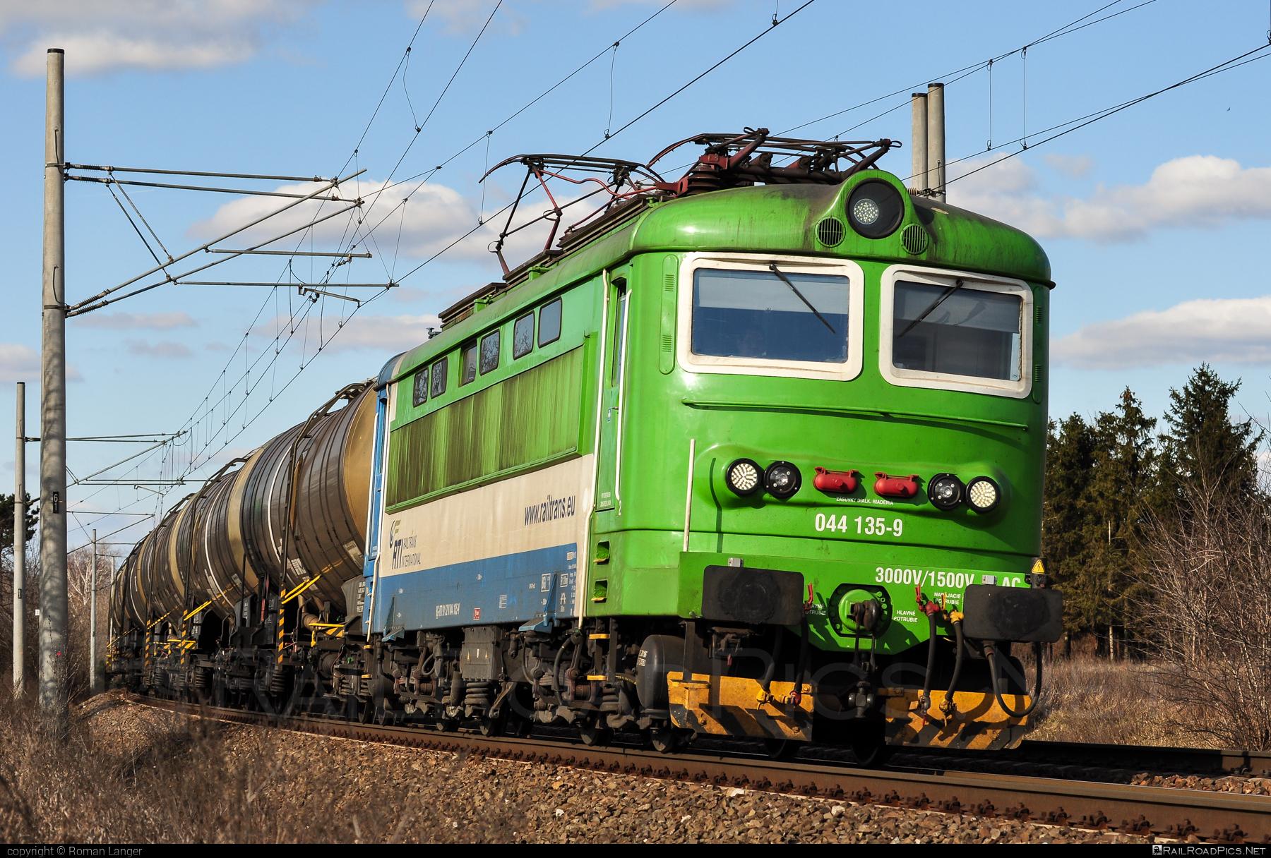 Škoda 73E - 044 135-9 operated by Railtrans International, s.r.o #RailtransInternational #kesselwagen #locomotive242 #plechac #rti #skoda #skoda73e #tankwagon