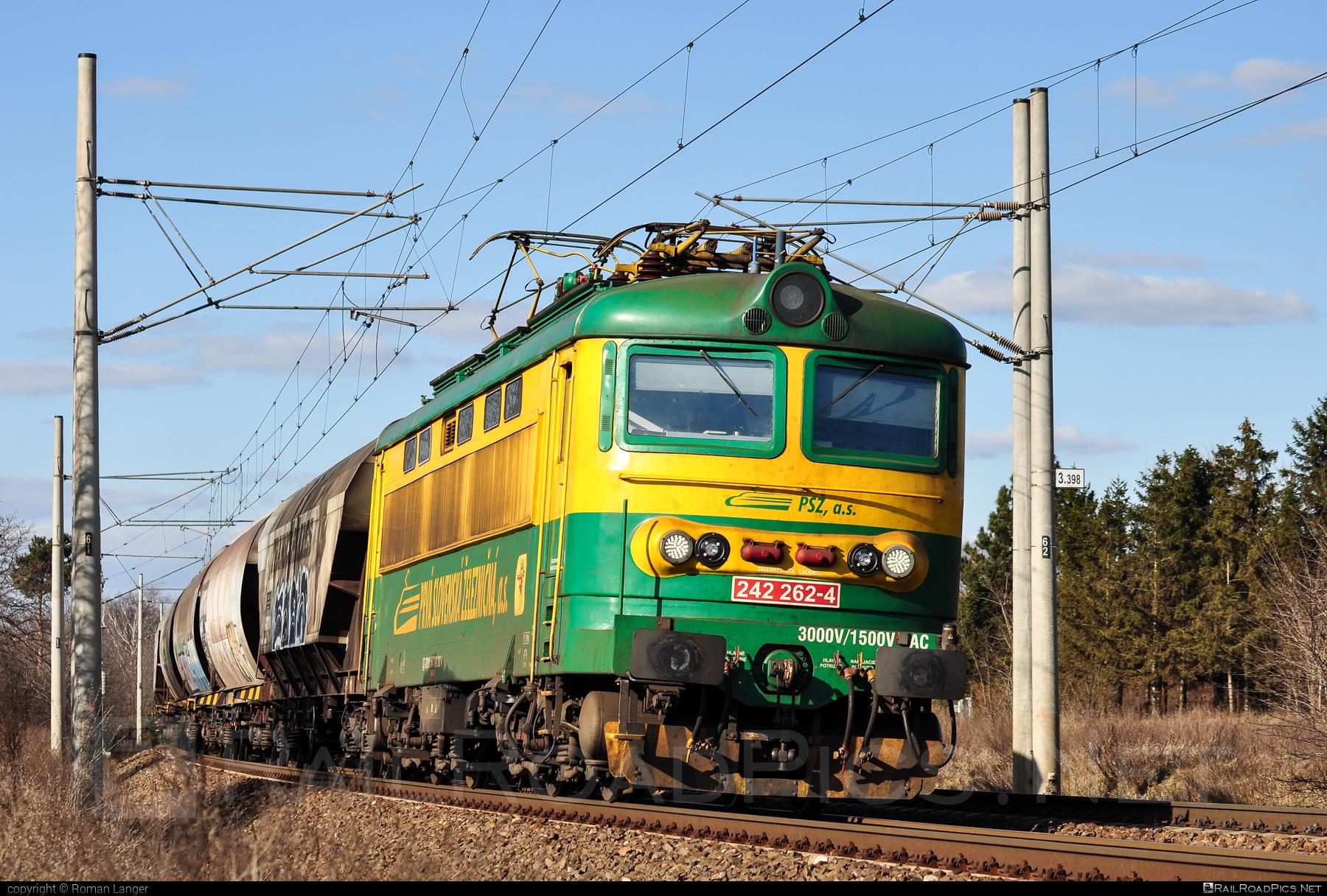 Škoda 73E - 242 262-4 operated by Prvá Slovenská železničná, a.s. #hopperwagon #locomotive242 #plechac #prvaslovenskazeleznicna #prvaslovenskazeleznicnaas #psz #skoda #skoda73e