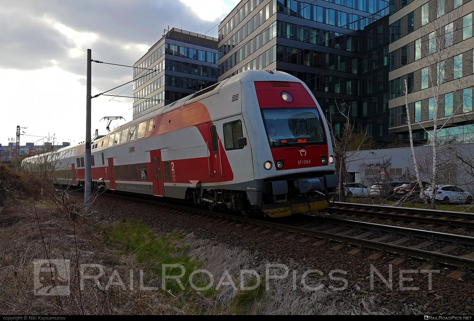 Škoda 4Ev - 671 019-8 operated by Železničná Spoločnost' Slovensko, a.s. #ZeleznicnaSpolocnostSlovensko #emu671 #skoda #skoda4ev #skodaclass671 #zssk