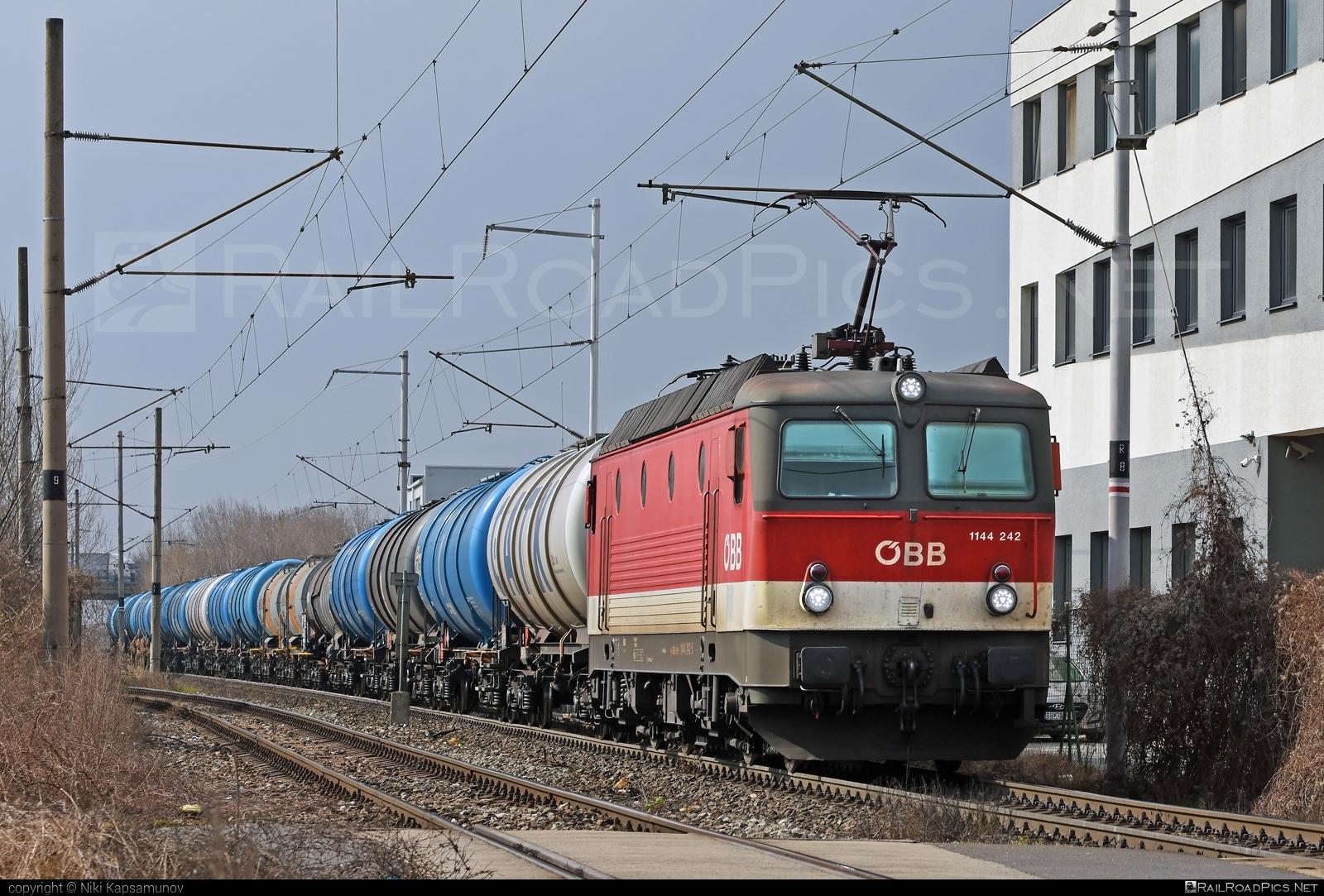 SGP ÖBB Class 1144 - 1144 242 operated by Rail Cargo Austria AG #kesselwagen #obb #obbclass1144 #osterreichischebundesbahnen #rcw #sgp #sgp1144 #simmeringgrazpauker #tankwagon