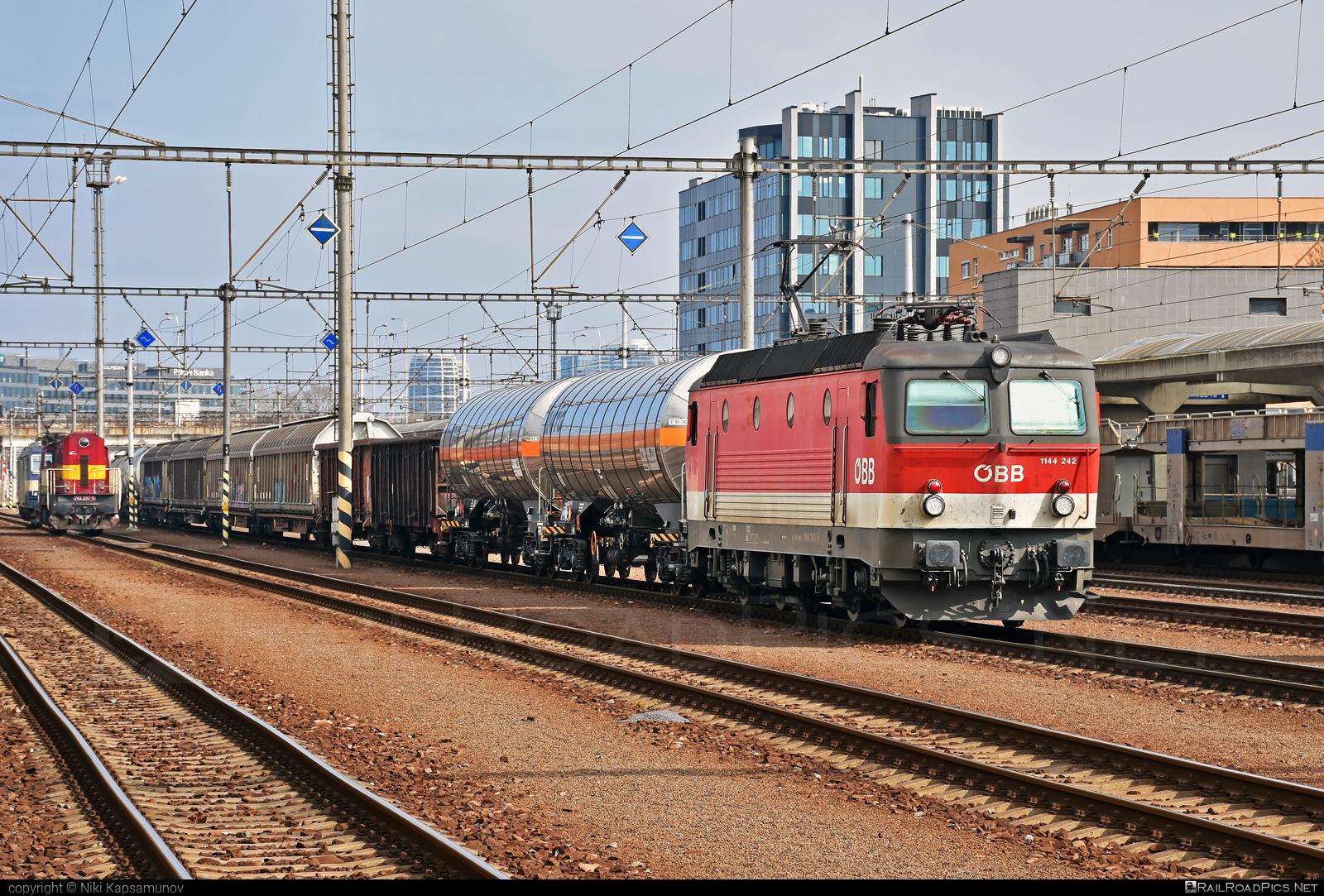 SGP ÖBB Class 1144 - 1144 242 operated by Rail Cargo Austria AG #obb #obbclass1144 #osterreichischebundesbahnen #rcw #sgp #sgp1144 #simmeringgrazpauker