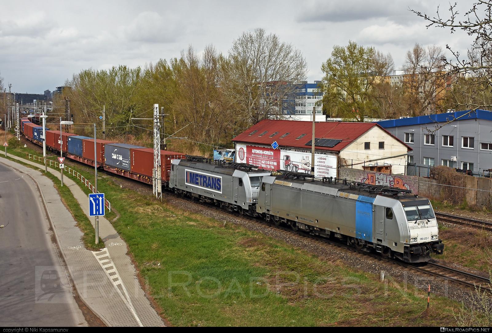 Bombardier TRAXX F140 MS - 186 432-1 operated by METRANS Rail s.r.o. #bombardier #bombardiertraxx #flatwagon #hhla #metrans #metransrail #railpool #railpoolgmbh #traxx #traxxf140 #traxxf140ms