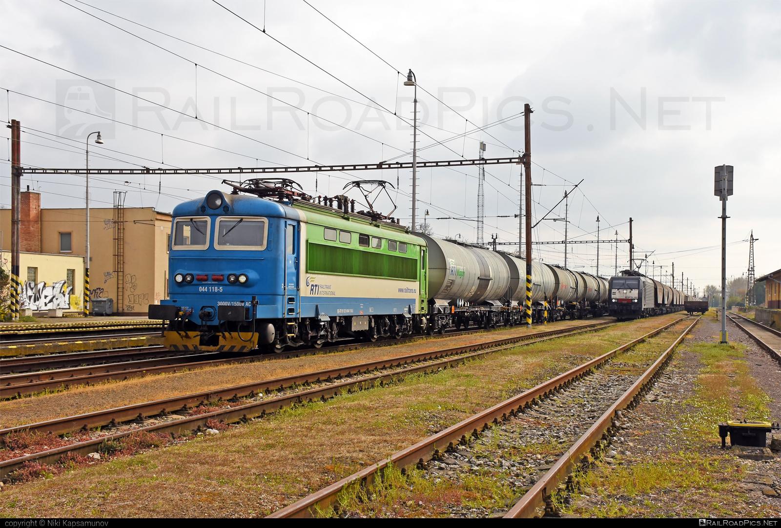 Škoda 73E - 044 118-5 operated by Railtrans International, s.r.o #RailtransInternational #kesselwagen #locomotive242 #plechac #rti #skoda #skoda73e #tankwagon