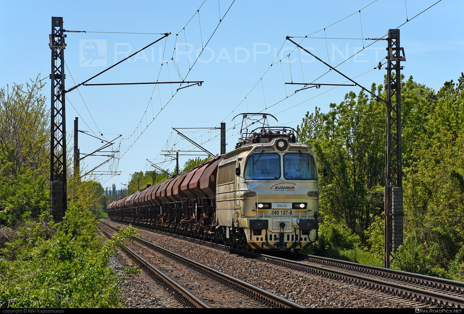 Škoda 47E - 240 137-0 operated by LOKORAIL, a.s. #BulkTransshipmentSlovakia #bts #budamar #hopperwagon #laminatka #locomotive240 #lokorail #lrl #skoda #skoda47e