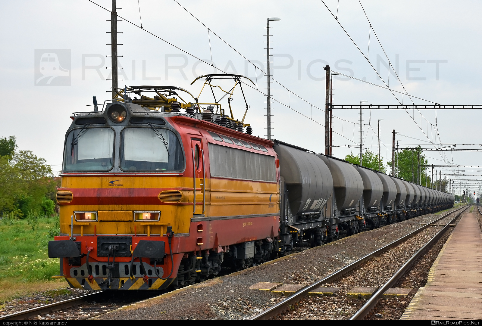 Škoda 47E - 240 082-8 operated by Železničná Spoločnost' Cargo Slovakia a.s. #ZeleznicnaSpolocnostCargoSlovakia #kesselwagen #laminatka #locomotive240 #skoda #skoda47e #tankwagon #zsskcargo