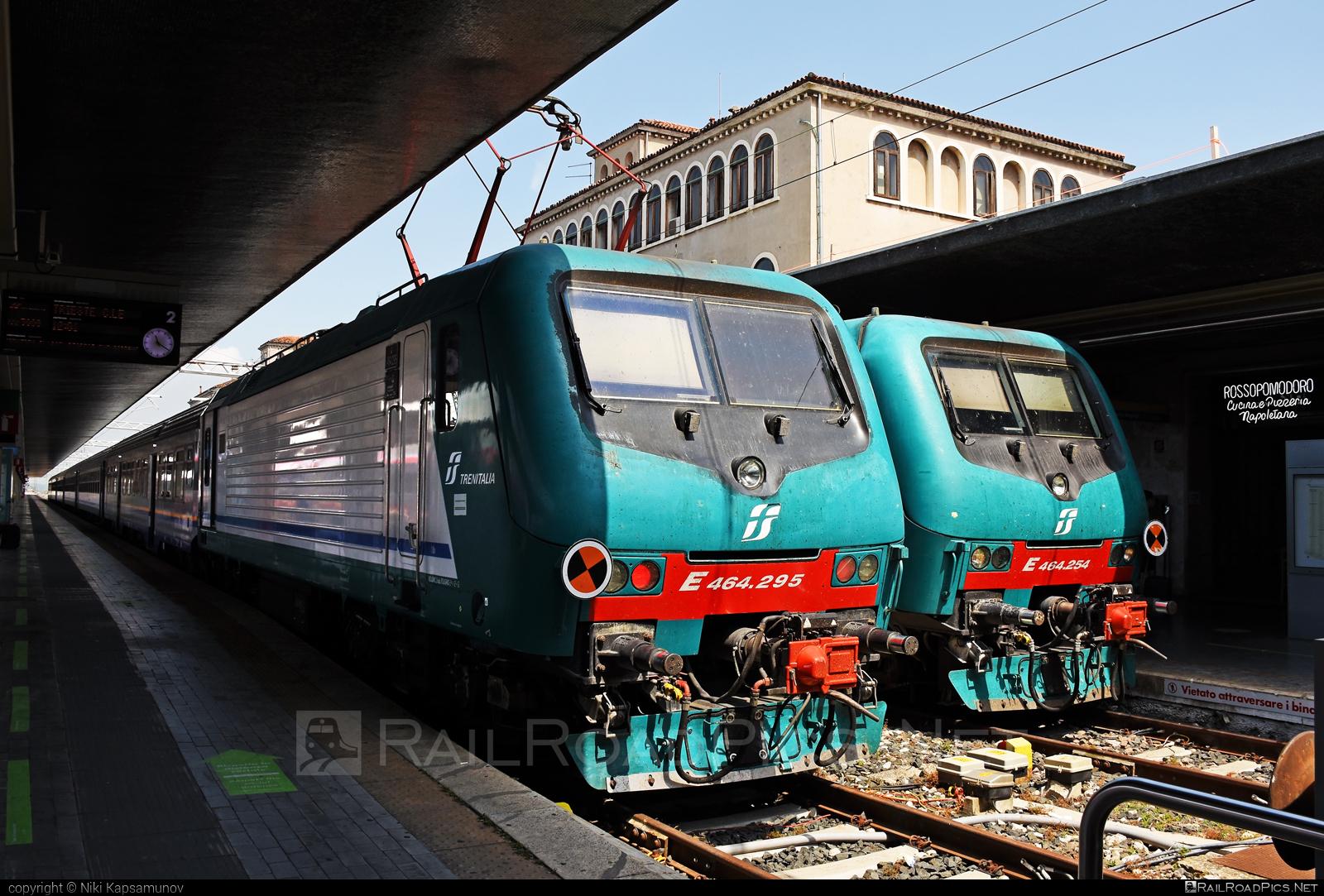 Bombardier TRAXX P160 DCP - E 464.295 operated by Trenitalia S.p.A. #bombardier #bombardiertraxx #ferroviedellostato #fs #fsitaliane #lavatrice #traxx #traxxp160 #traxxp160dcp #trenitalia #trenitaliaspa