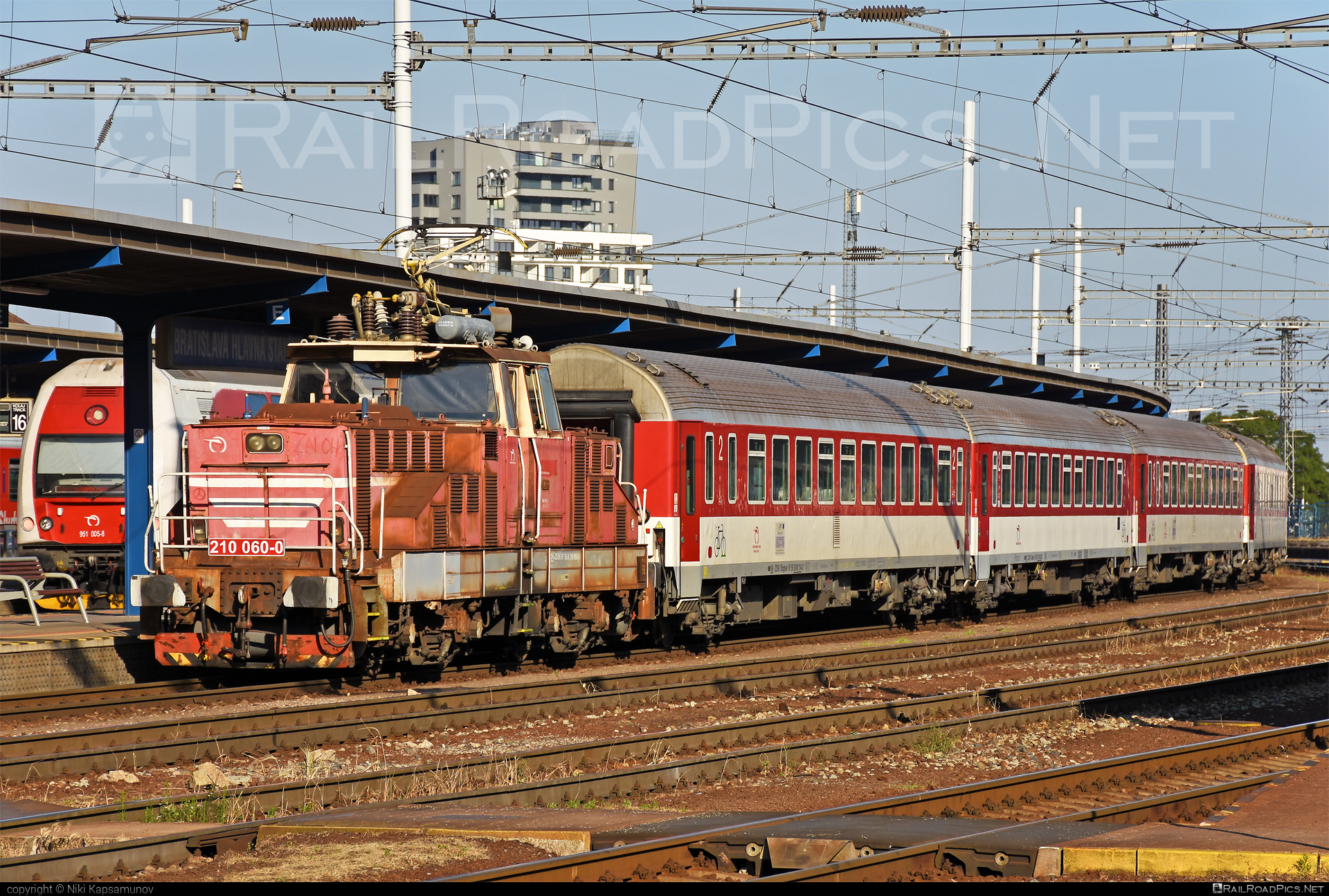 Škoda 51E - 210 060-0 operated by Železničná Spoločnost' Slovensko, a.s. #ZeleznicnaSpolocnostSlovensko #locomotive210 #skoda #skoda51e #zehlicka #zssk