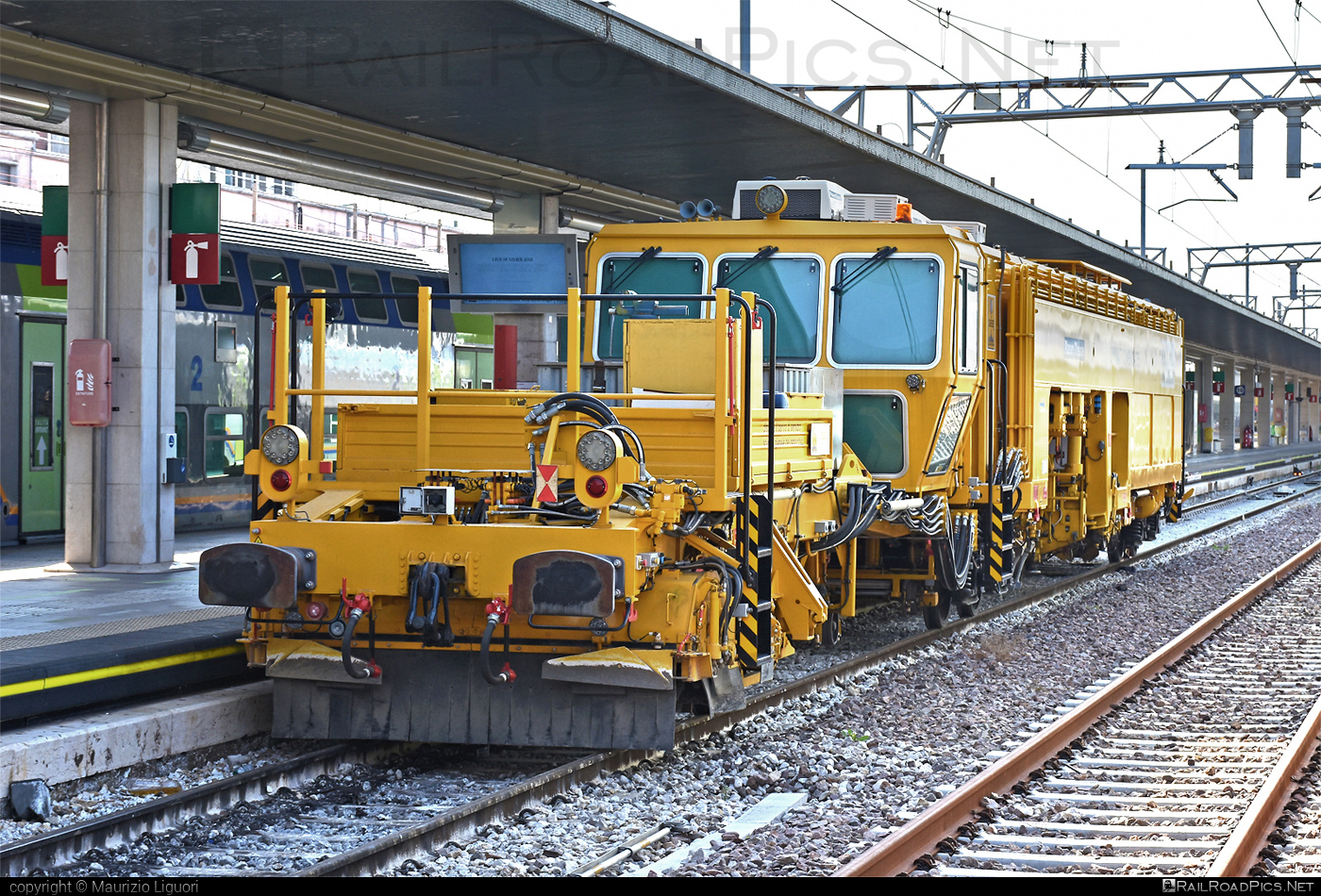 Plasser & Theurer Unimat Combi 08-275 - Unknown vehicle ID operated by Mercitalia Shunting & Terminal S.r.l. #MercitaliaShuntingAndTerminal #MercitaliaShuntingAndTerminalSrl #PlasserAndTheurerUnimatCombi08275 #PlasserTheurerUnimatCombi08275 #UnimatCombi08275 #ferroviedellostato #fs #fsitaliane #mercitalia #plasserandtheurer #plassertheurer