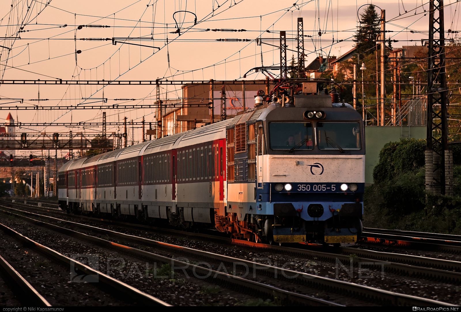 Škoda 55E - 350 005-5 operated by Železničná Spoločnost' Slovensko, a.s. #ZeleznicnaSpolocnostSlovensko #gorila #locomotive350 #skoda #skoda55e #zssk