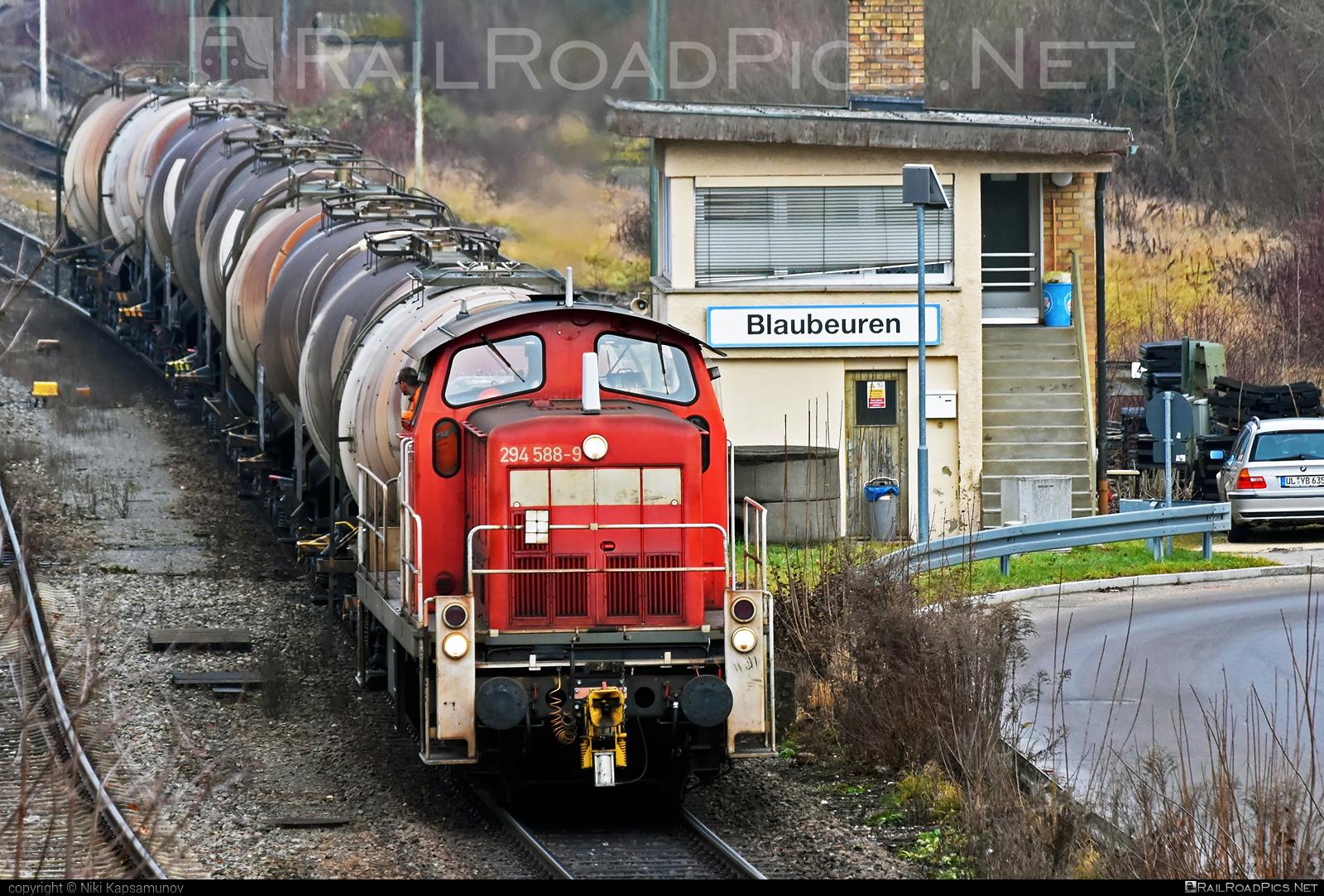 Deutz V90 - 294 588-9 operated by DB Cargo AG #db #dbcargo #dbcargoag #deutz #deutzv90 #kesselwagen #locomotiveclassv90 #makv90 #railion #tankwagon