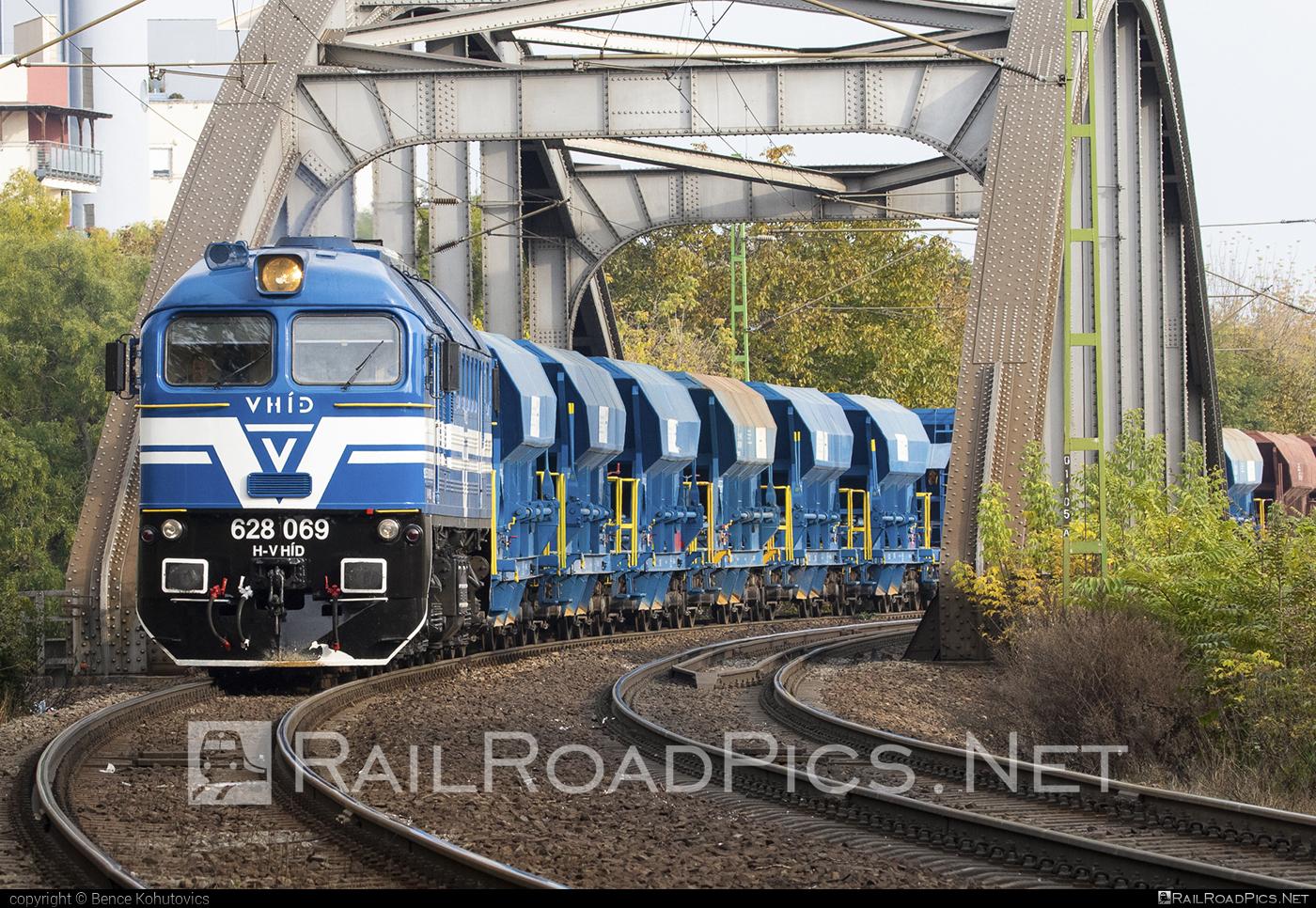 Lugansk M62 - 628 069-0 operated by V-HÍD Vagyonkezelő Kft. #hopperwagon #locomotivem62 #ltz #ltzm62 #lugansk #luganskteplovoz #luhansklocomotiveworks #luhanskm62 #luhanskteplovoz #m62 #m62locomotive #vhid