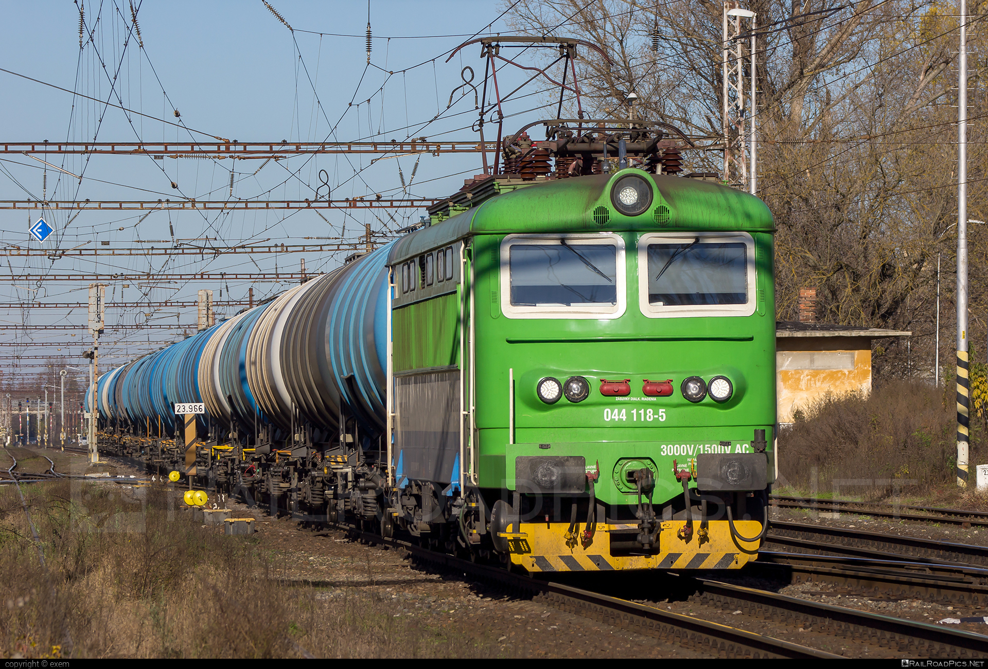 Škoda 73E - 044 118-5 operated by Railtrans International, s.r.o #kesselwagen #locomotive242 #plechac #railtrans #rti #skoda #skoda73e #tankwagon