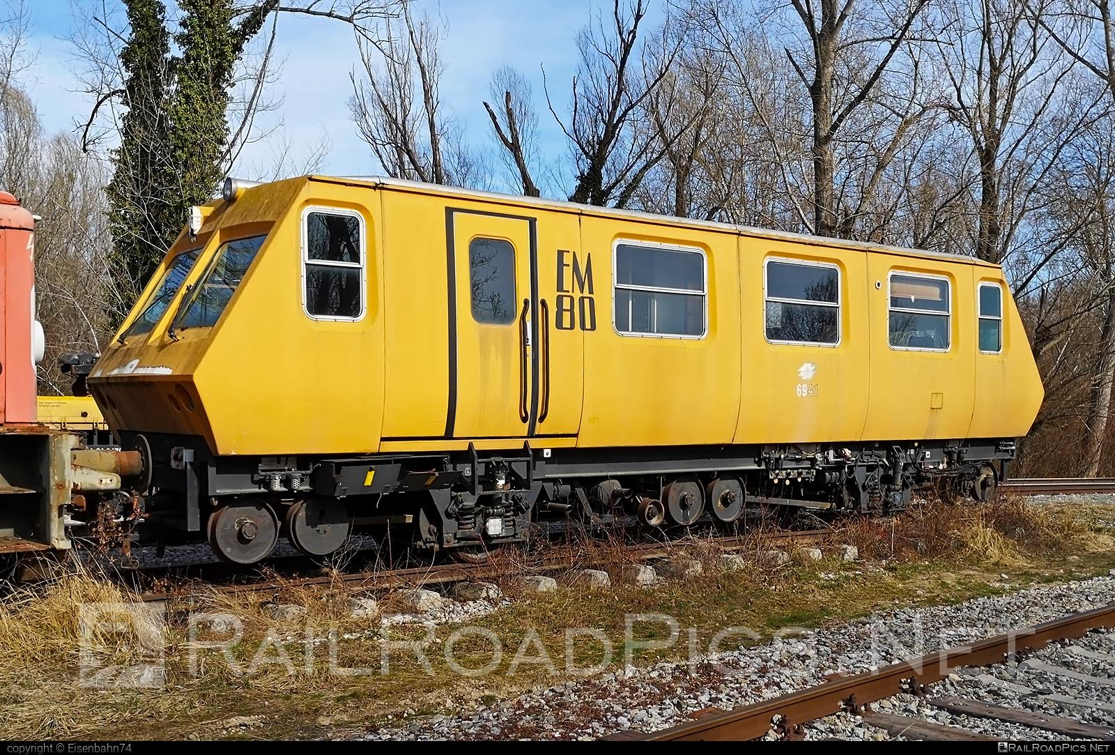 Plasser & Theurer EM80 - 6941 operated by WIENER LINIEN GmbH & Co KG #em80 #plasserandtheurer #plassertheurer #plassertheurerem80 #wienerlinien