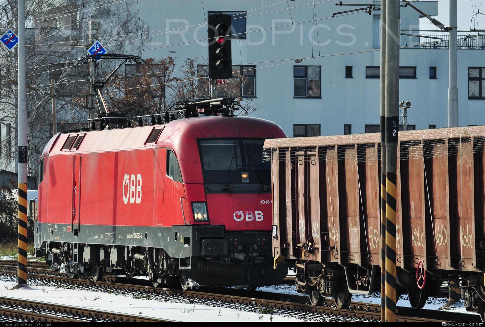 Siemens ES 64 U2 - 1016 032 operated by Rail Cargo Austria AG #es64 #es64u #es64u2 #eurosprinter #obb #osterreichischebundesbahnen #rcw #siemens #siemenses64 #siemenses64u #siemenses64u2 #siemenstaurus #taurus #tauruslocomotive